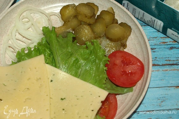 Подготовить салат, овощи и сыр. Овощи нарезать кружочками. Соединить майонез и острый томатный соус (кетчуп).