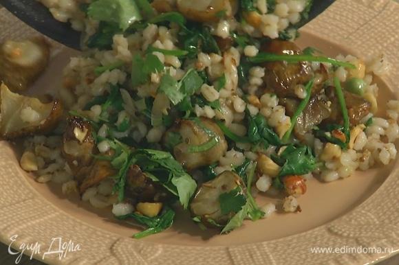 Кинзу мелко нарезать, посыпать салат, перемешать и выложить на большую тарелку.