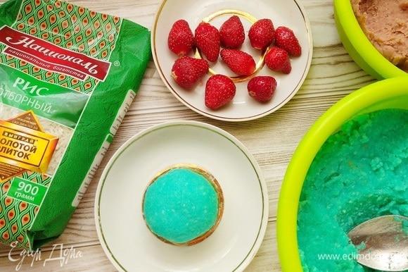 Вот такое пирожное у нас получается. Яркое и красивое!