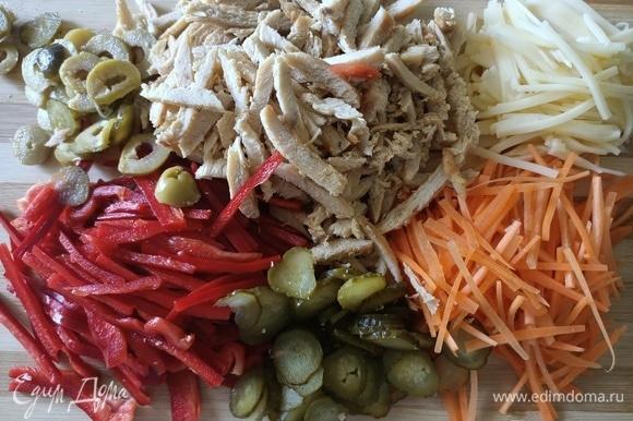 Овощи и остывшую куриную грудку нарезать соломкой.