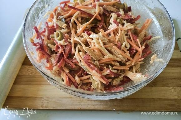 Салат смешать с соусом. Накрыть пищевой пленкой и поставить в холодильник минимум на 1 час.