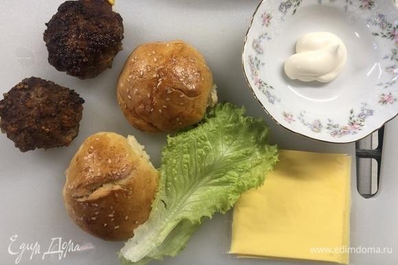 Как готовить котлеты и булочки, написал в предыдущем посте. Для соуса режем салат, смешиваем его с майонезом. Нижнююю булочку смазываем соусом, далее кладем котлету, сыр, закрываем верхней булочкой.