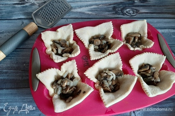На тесто выкладываем грибы, по желанию можно добавить горчицу или любимый соус.