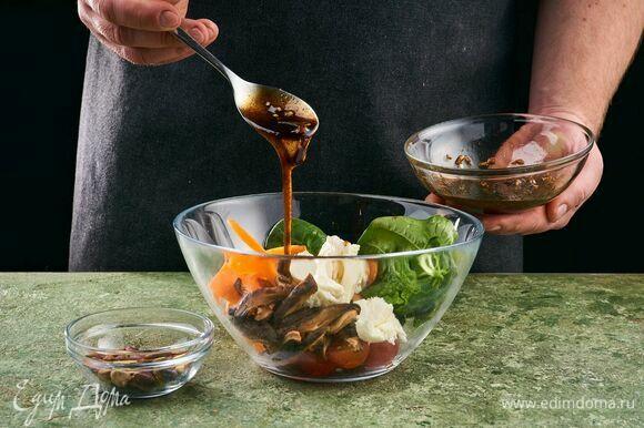 Шарики моцареллы нарежьте на небольшие дольки. Соедините в салатнике овощи, моцареллу, заправьте соусом и добавьте фисташки.