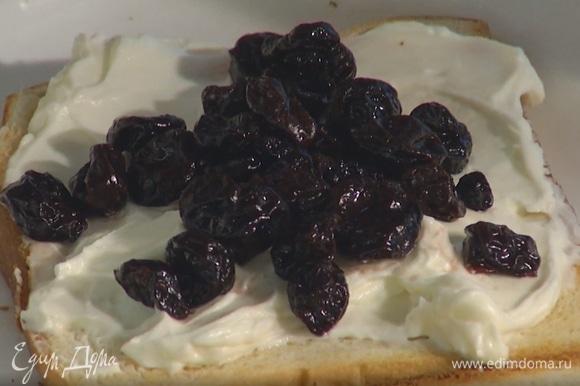 Один кусок поджаренного хлеба смазать сыром с сиропом, сверху выложить вишню, накрыть вторым куском хлеба.