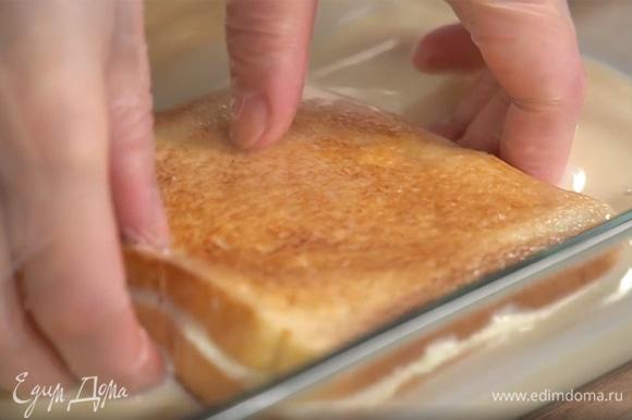 Овсяное молоко влить в небольшую миску и обмакнуть в него получившийся тост со всех сторон.