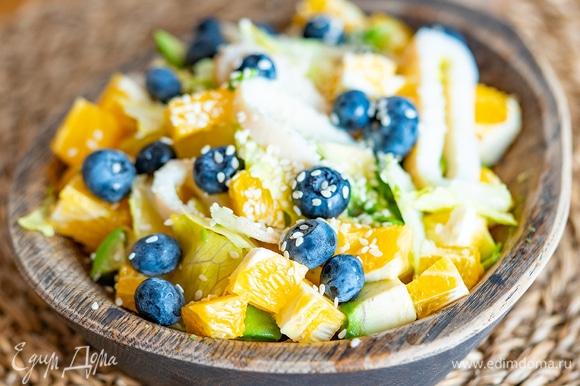 Сверху сбрызните все соком апельсина из оставленной дольки и посыпьте кунжутом. Приятного аппетита!
