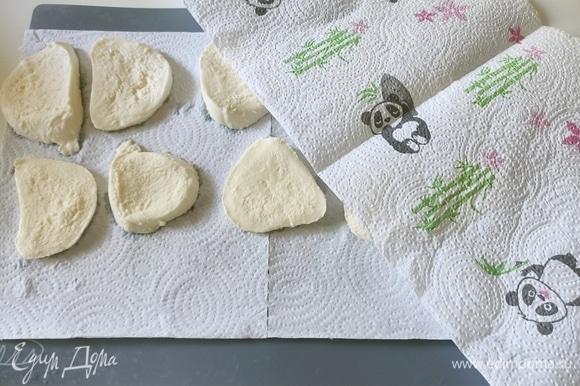 С моцареллы слить сыворотку, нарезать толщиной 1см. Уложить между листами бумажного полотенца и оставить минут на 10, чтобы избавиться от лишней сыворотки.