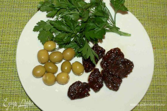 Петрушку промыть, дать стечь воде и мелко порубить. Томаты и оливки разрезать на несколько частей.