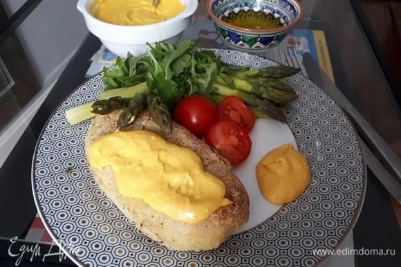 Для соуса положите все ингредиенты в блендер (от лимона нужен только сок) и перемешайте до однородной массы.