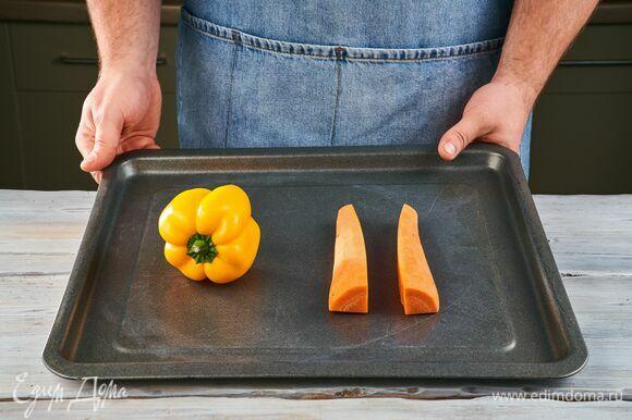 Болгарский перец и очищенную морковь запекайте в духовке при 180 °C около 20 минут.