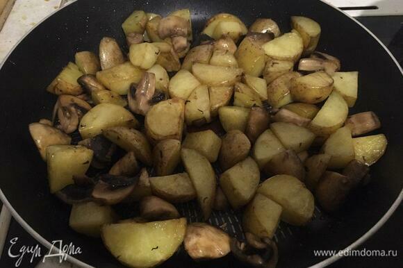 Жарим картофель и грибы до появления золотистой корочки, уменьшаем огонь до среднего.