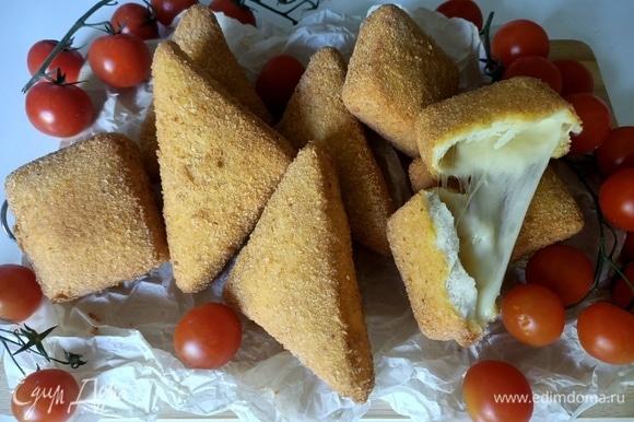 Жарить моцареллу необходимо перед употреблением и подавать желательно с томатами черри. Приятного аппетита!