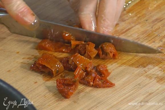 Приготовить салат: вяленые помидоры измельчить, артишоки порезать на четвертинки, перемешать все с салатным миксом.