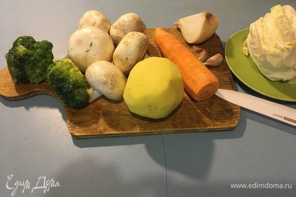 Овощи вымыть и почистить, брокколи положить размораживаться.