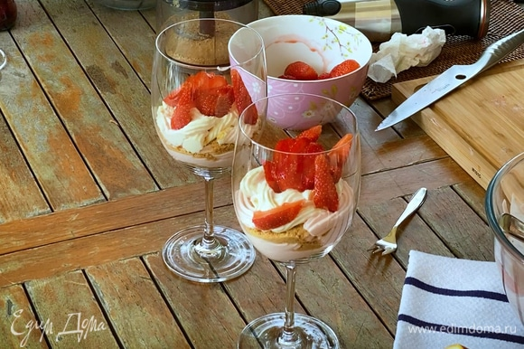 Оставшиеся ягоды клубники нарезать дольками и украсить десерт.