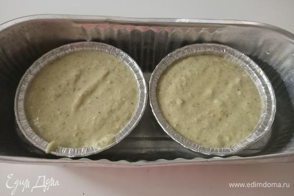 Смазать формочки оливковым маслом, на дно уложить кружочки пергаментной бумаги, выложить мусс. Формочки поставить в другую форму, наполовину наполненную водой. Запекать в предварительно разогретой духовке при 180°С в течение 45 минут, пока поверхность не станет слегка золотистой.