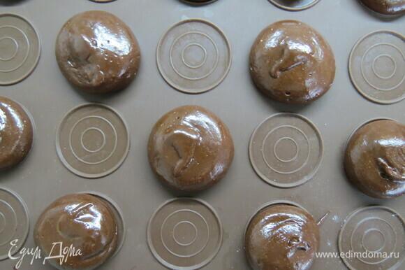 Отсадить печенье из мешка лепешками размером 3–5 см на пергамент, выпекать при 175°C 8–12 минут в зависимости от размера печенья.
