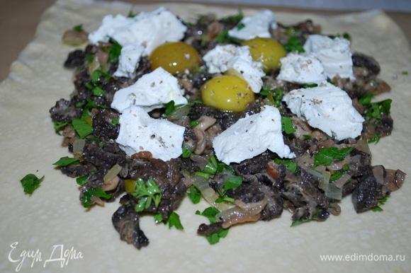 На грибы с луком добавила кусочки творожного сыра, свежемолотый черный перец и сырые перепелиные яйца.
