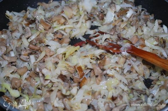 К грибам добавьте нашинкованную капусту и все вместе обжаривайте примерно 8–10 минут. Добавьте черный перец и специи по вкусу.