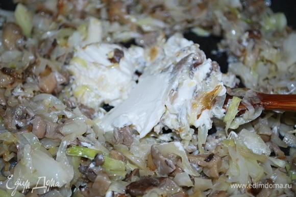 В самом конце добавьте творожный сыр и свежую зелень. Начинка готова.
