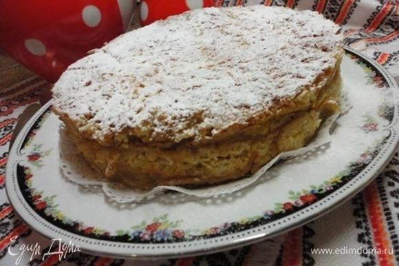 Выпекать около часа при 180°C. Остывший пирог посыпать сахарной пудрой.