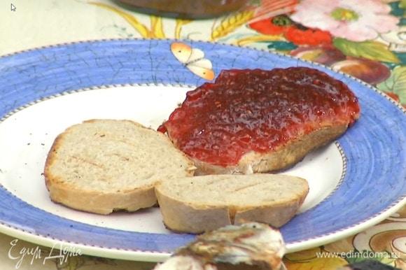 Один кусок хлеба смазать шоколадной пастой и украсить фундуком, второй кусок смазать арахисовой пастой, а оставшиеся два — джемом.