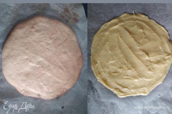 На пергаменте нарисовать круг диаметром 17 см. Размазать ложкой тесто. Духовку разогреть до 170°C. Выпекать 10–12 минут. Снять пергамент, остудить, подровнять ножом до 16 см.