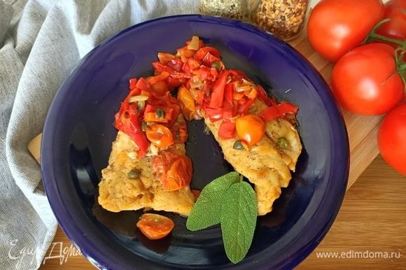 Готовое филе трески выкладываем на блюдо, сверху — овощи. Подаем. Приятного аппетита!