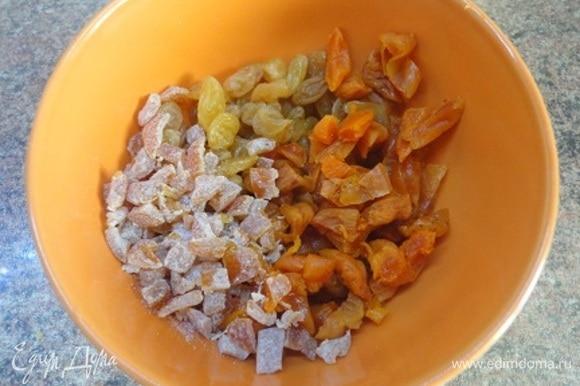 Подготовьте сухофрукты: курагу и изюм вымыть и залить горячей водой. Оставьте на 15 минут, затем откиньте на сито. Курагу нарезать кусочками.