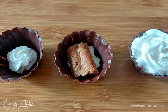 На дно корзинок выложить немного крема, затем печенье, предварительно окунув его в кофе, и снова крем.
