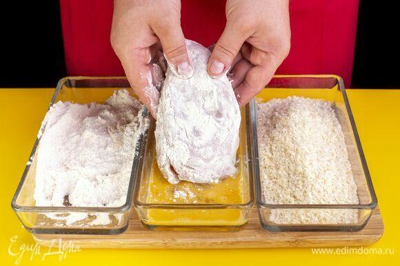 В три отдельные миски выложите яйца, муку и панировочные сухари. Яйца немного взбейте. Поочередно обваляйте куриный шницель сначала в муке и яйцах.