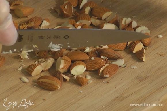 Миндаль и фундук порубить ножом, добавить к геркулесу, все посолить, посыпать корицей и перемешать.