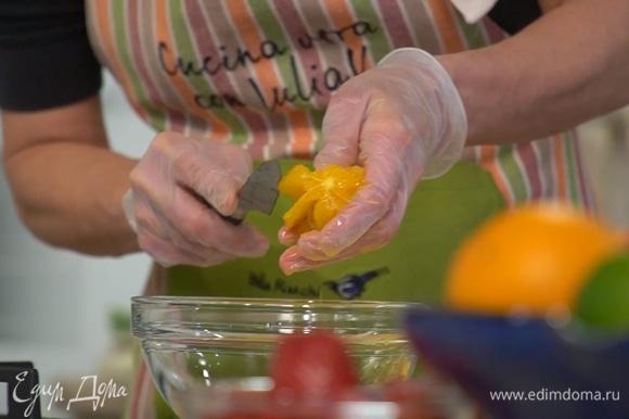 Цедру апельсина и лимона натереть на мелкой терке. Апельсин почистить, а затем над отдельной миской удалить перепонки, вырезав ножом мякоть и сохранив выделившийся при этом сок. Из половинки лимона выжать сок.