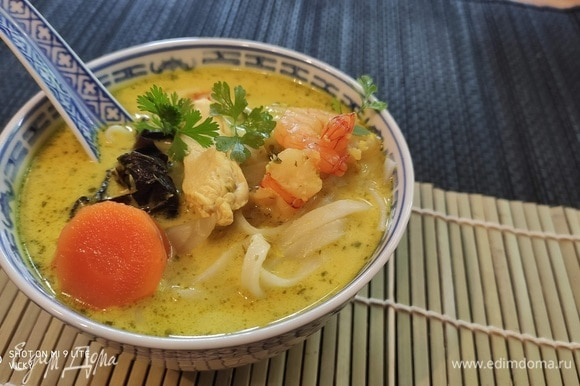 Снимите суп с огня, добавьте мяту и заправьте суп лаймовым соком, рыбным соусом и солью. Если хотите, добавьте немного перца в суп. Разложите лапшу в разогретые суповые миски, влейте суп, подавайте немедленно.