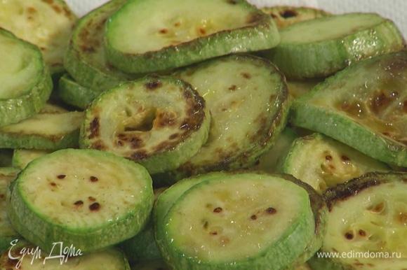 Кабачки почистить, нарезать кружками и обжарить на растительном масле.