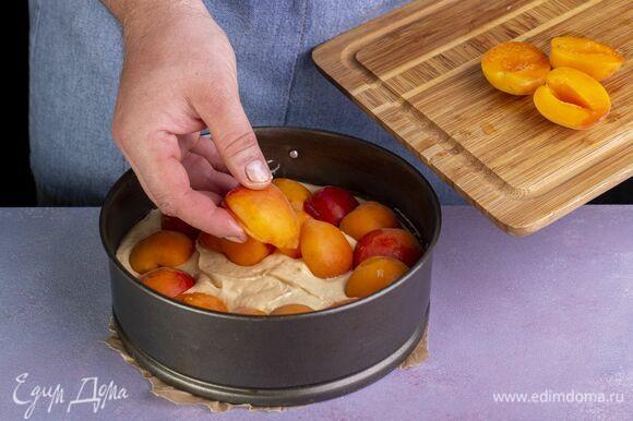 Тесто выложите в форму, застеленную пергаментом. Выложите абрикосы.