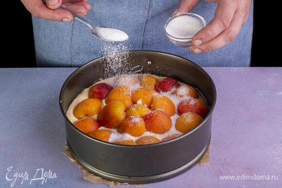 Сверху посыпьте сахаром. Выпекайте пирог 45 минут в предварительно разогретой до 180 °С духовке. Готовность проверяйте зубочисткой.
