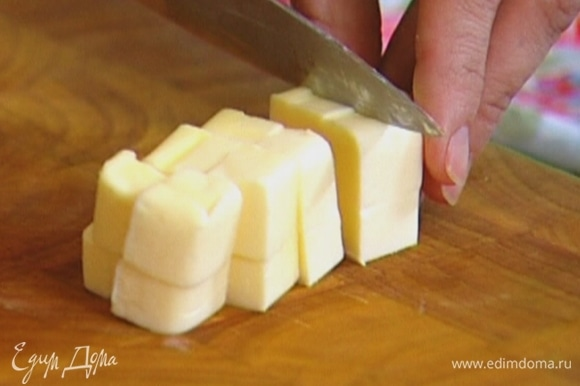 Сливочное масло нарезать небольшими кубиками.
