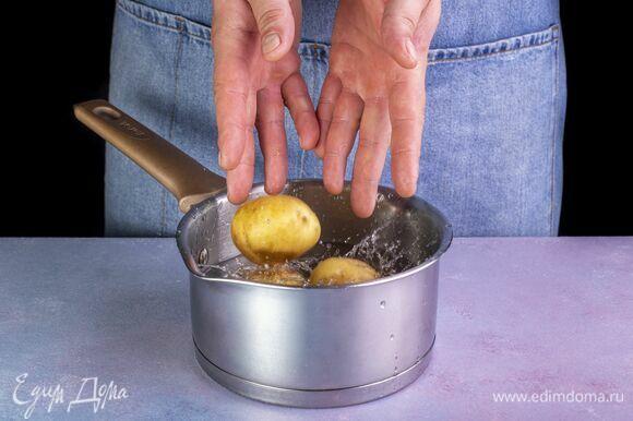 Картофель среднего размера промойте и варите целиком в течение 25 минут.