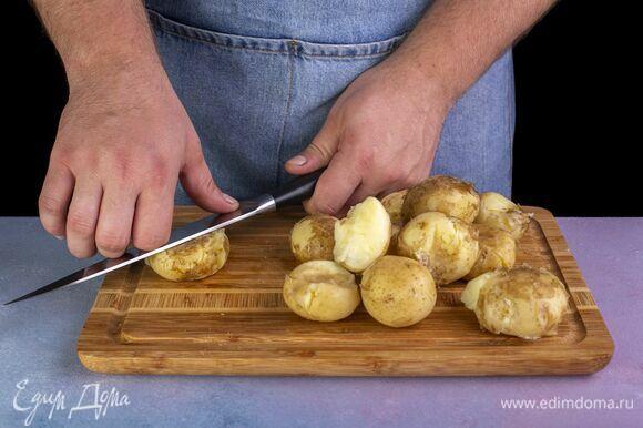 Аккуратно примните ножом каждую картофелину.