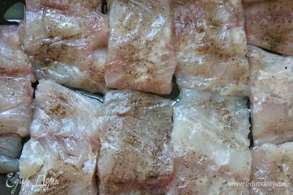 Филе трески нарезать на куски, натереть солью и перцем, сбрызнуть соком лимона и выложить в смазанную маслом форму.