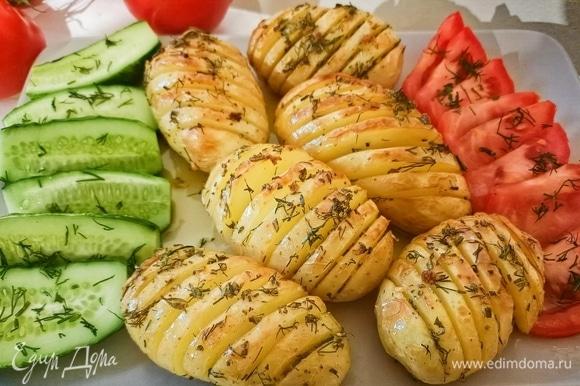 Запекать в предварительно разогретой до 190°C духовке в течение 45 минут. Вкусный и ароматный картофель готов. Приятного аппетита!
