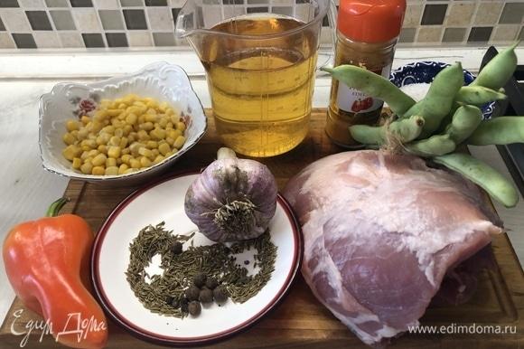 Что касается мяса, лучше выбирать жесткую часть свинины с жирком — за время приготовления калоген превращается в желатин, сдерживая влагу, он оставляет мясо очень сочным.