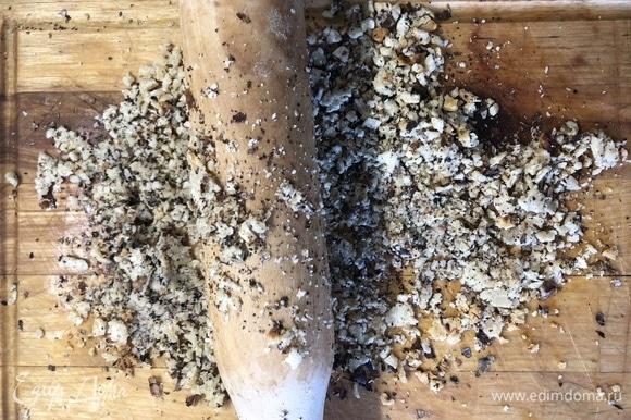 В сухой сковороде обжарьте орехи, переложите на доску, подавите скалкой.