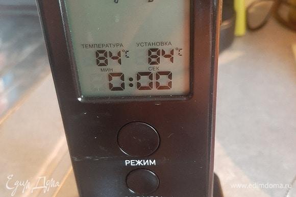 Температура должна достигать 84–85°C. Снимите с огня и продолжайте взбивать, пока не образуются ленты.