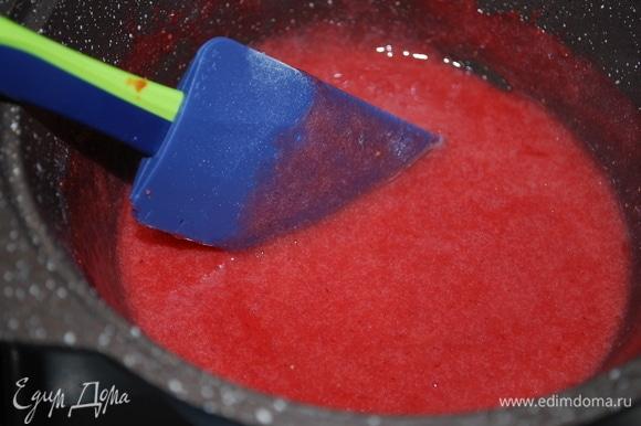Проварить все вместе на слабом огне 2–3 минуты до загустения. Покрыть пирог клубничным слоем и украсить свежей клубникой.