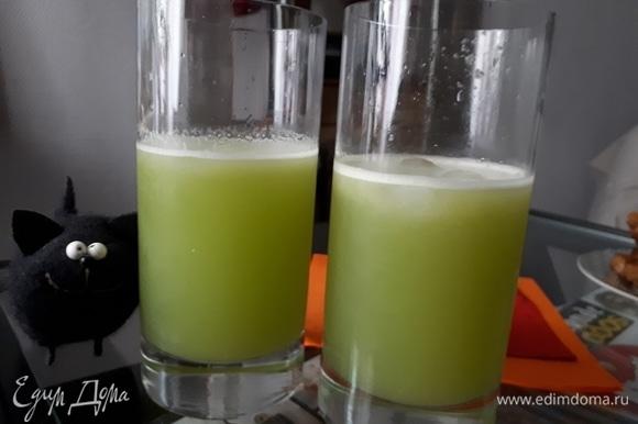 Вылить содержимое шейкера в стакан, добавить минеральную газированную воду и лед. Перемешать.