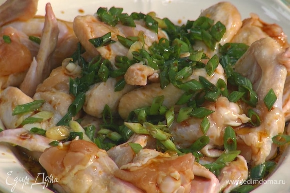 Полить кусочки курицы оливковым маслом, соевым соусом, сиропом агавы и уксусом, слегка посолить, поперчить и оставить на некоторое время мариноваться.