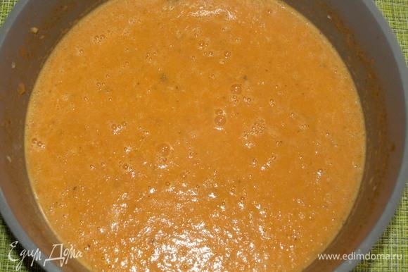 Измельчить погружным блендером. Если необходимо, то отрегулировать соль и перец по вкусу.